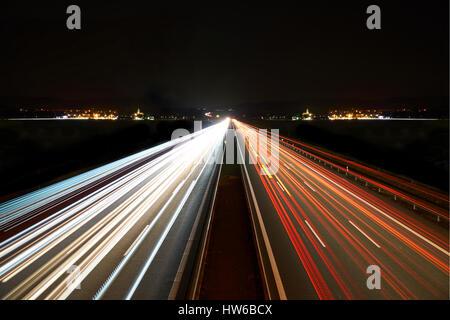Lichtspuren auf Autobahn symmetrisch - Stockfoto