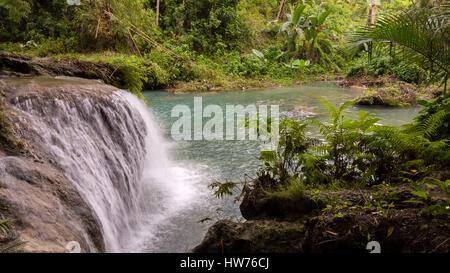 Geheime einstufige Wasserfall umgeben von tiefen Regenwald Dschungel. - Stockfoto