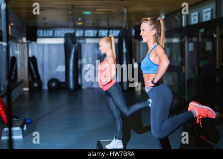 Zwei lächelnde junge sportliche Frauen eine Cardio-Training zu tun - Stockfoto