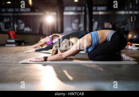 Junge sportliche Menschen tun, Pilates, stretching-Übungen - Stockfoto
