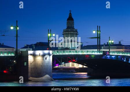 Russland, Sankt Petersburg, Center, Videograffiti Brücke und Kunstkammer Museum, Dämmerung - Stockfoto