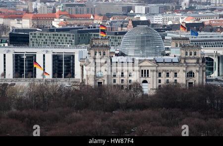 Berlin, Deutschland. 16. März 2017. Der Reichstag, fotografiert aus dem Bahn-Tower am Potsdamer Platz in Berlin, - Stockfoto
