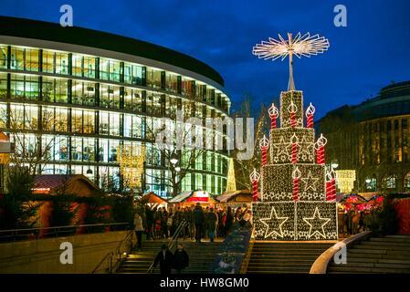 Deutschland, Berlin, Charlottenburg, Kurfurstendam, Europa-Center, City Weihnachtsmarkt, Dämmerung - Stockfoto