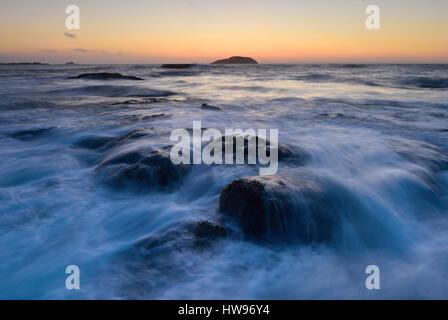 Wellen Waschen um Felsen im Meer, Küste in Dunbar, Schottland - Stockfoto