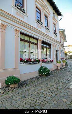Kleine Straße mit typischen Gebäude (Hotel) in alten Stadt Sassnitz, Insel Rügen
