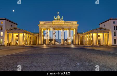 Panorama des berühmten Brandenburger Tor in Berlin bei Nacht - Stockfoto