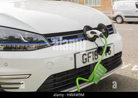 Zwei Volkswagen e-Golf GTEs wird aufgeladen in London, Großbritannien - Stockfoto