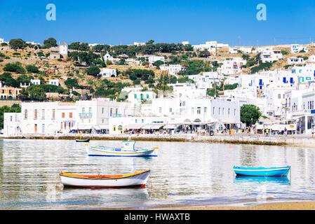 Mykonos Hafen und Reflexionen der Weißen Stadt im Ägäischen Meer und Insel Mykonos, Kykladen, Griechenland - Stockfoto