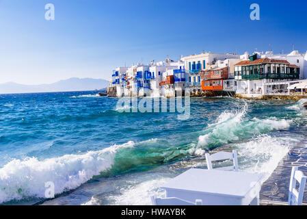 Rollende Wellen auf die Küste von Klein-Venedig-Nachbarschaft auf Mykonos, Sommernachmittag, Griechenland - Stockfoto