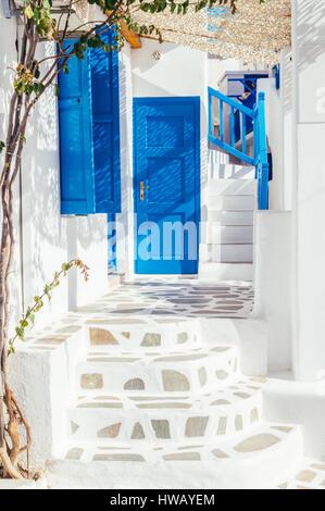 Wunderschönen weißen und blauen Gassen in Mykonos-Stadt, Insel Mykonos, Kykladen, Griechenland - Stockfoto