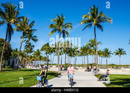 Miami Beach Florida Ocean Drive Lummus Park Serpentine Trail Gehweg Promenade Mann Frau jogging Pfad Palmen Mann - Stockfoto