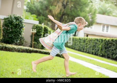 Junge wie Superheld verkleidet - Stockfoto