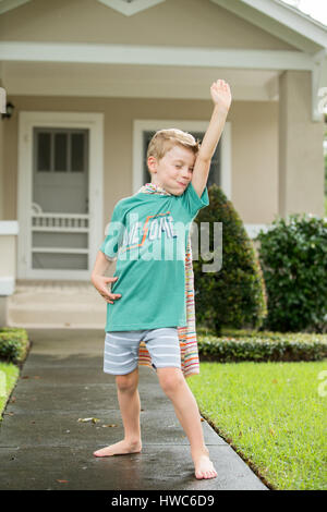 Junge wie Superheld verkleidet