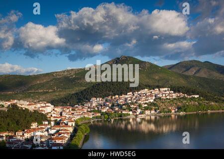 Griechenland, Mazedonien Region West, Kastoria, erhöhten Blick auf die Stadt vom See Orestiada von Agia Sotira Kirche, - Stockfoto