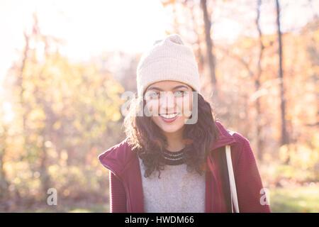 Porträt der jungen Frau mit Stricken Hut im Herbst - Stockfoto