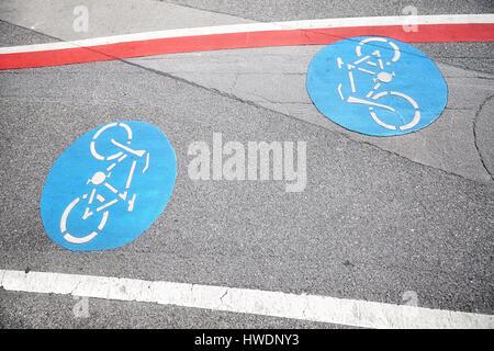 Fahrradweg blauen Schild an eine Asphalt-Straße. - Stockfoto