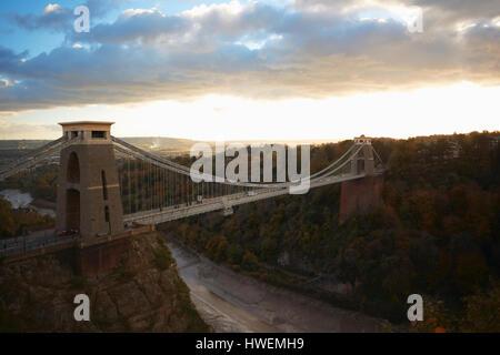 Erhöhten Landschaft von Clifton Hängebrücke über die Avon-Schlucht in der Abenddämmerung, Bristol, UK