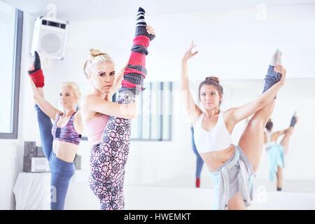 Junge weibliche Ballett-Tänzer üben im Tanzstudio, tanzen auf einem Bein - Stockfoto