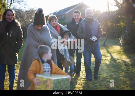Familie bei der Geburtstagsfeier im Garten - Stockfoto