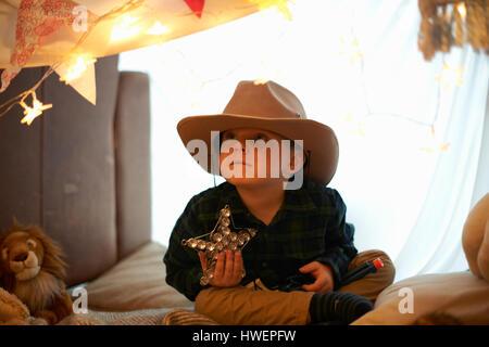 Porträt von süsser Boy in Cowboy-Hut mit Stern im Schlafzimmer den - Stockfoto