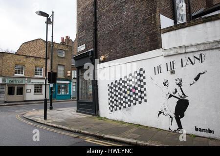 London, UK. 20. März 2017. Lüge Lüge Land, eine Schablone in Islington von Streetart-Künstler Bambi, parodiert Werbeplakate - Stockfoto