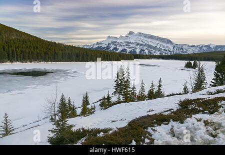Ersten Tag des Frühlings an zwei Jack Lake im Banff National Park mit Blick auf Rundle Bergmassiv in den kanadischen - Stockfoto