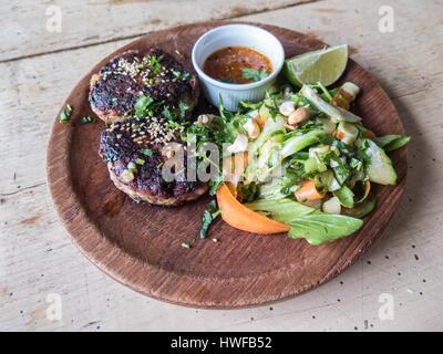 Würziges Lamm Frikadellen, Burger mit Cashew-Nuss und grünem Salat serviert mit Salsa-Dip in einem Topf und eine - Stockfoto