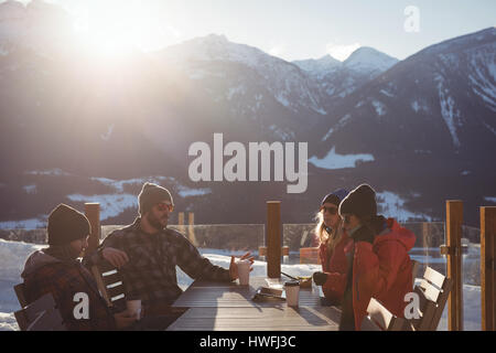 Skifahrer, die Interaktion mit einander bei Tasse Kaffee im Skigebiet - Stockfoto