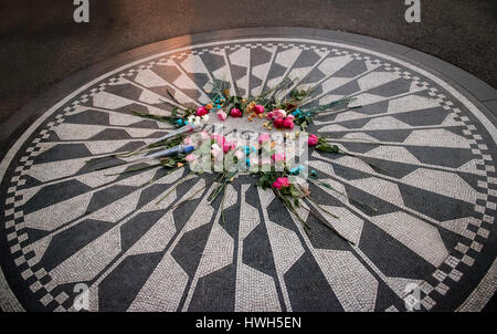 Das Imagine-Mosaik mit Blumen auf John Lennon Todestag am Strawberry Fields im Central Park, Manhattan - New York, - Stockfoto