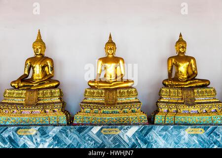 Zeile des Betens goldenen Buddha-Statuen im Tempel Wat Pho (Tempel des liegenden Buddha) in Bangkok, Thailand - Stockfoto