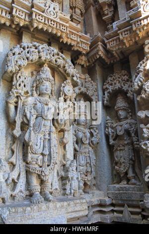 Detaillierte, Stein Schnitzereien an stellate Schrein Wand, Reliefskulptur Darstellung Götter und Göttin, der Tempel - Stockfoto