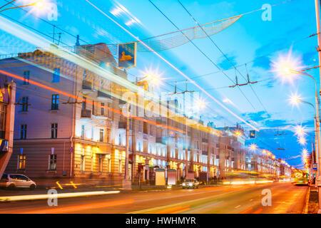 Gomel, Weißrussland. Geschwindigkeit-Verkehr und Licht Trails auf Lenin Avenue In Abend und Nacht. Straße in der - Stockfoto