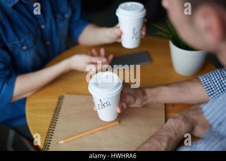 Nahaufnahme Schuss von jungen Personalmanager am Café-Tisch sitzen, interview leckeren Kaffee trinken und die Durchführung - Stockfoto