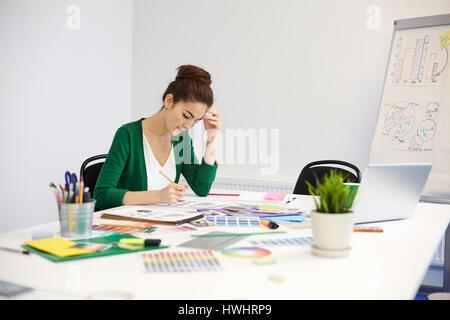 Nachdenkliche Frau bereitet neue Design-Projekt - Stockfoto