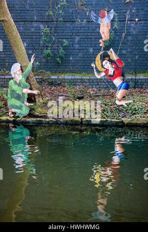Regents canal Leinpfad mit Amy Winehouse Graffiti mit Cherub und Mann mit grauen Haaren in grün - Stockfoto