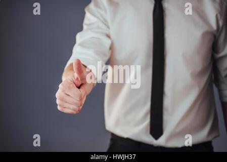 Ein Mann mit biometrischen Fingerabdruck-Lesegerät vorbei - Stockfoto