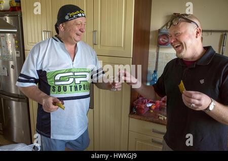 Polnische Mann, Schwiegervater Alter 58 mit Schwiegersohn 41 mit einem Schuss Wodka, Blutwurst & Gurken. Zawady - Stockfoto