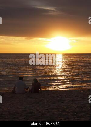 Paar den Sonnenuntergang am Port Phillip Bay, Melbourne 2015 - Stockfoto