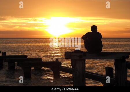Einsamer Mann den Sonnenuntergang am Port Phillip Bay, Melbourne 2015 - Stockfoto