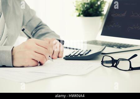 Geschäftsmann mit Rechner im Büro arbeiten. Finanzen Steuern Arbeit berechnen Laptop-Konzept - Stockfoto