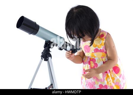 Asiatische kleine Chinesin mit Teleskop in isolierten weißen Hintergrund. - Stockfoto