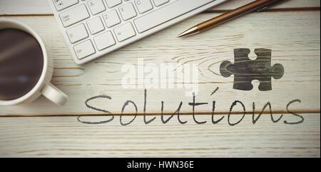Jigsaw Puzzle-Stück auf schwarzem Hintergrund gegen Blick auf einem Schreibtisch - Stockfoto