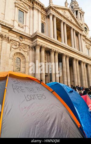 Zelte vor der St Pauls Kathedrale während der Occupy-bewegung, London 2011 - Stockfoto