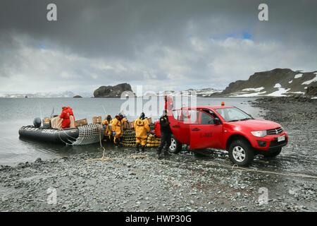 Speichert und liefert der Verladung in starre Schlauchboote aus der Mitsubishi L200 Pickup-Truck, King George Island, - Stockfoto
