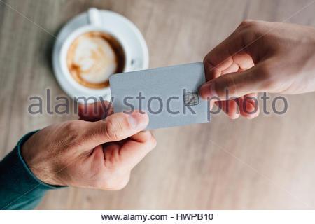 Nahaufnahme des Menschen im Café Kellner Kreditkarte erteilen - Stockfoto