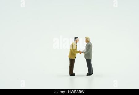 zwei Mini-Geschäftsmann Shake Hand auf isolieren Hintergrund - können anzeigen oder montage auf Produkte - Stockfoto