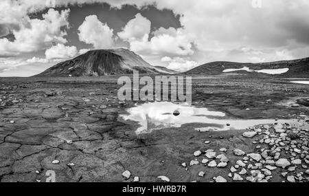 Patternd Boden mit Schlamm Risse in wunderschöne ursprüngliche isländische Landschaft. Island - Stockfoto