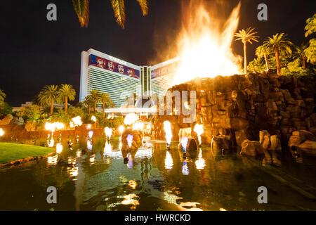Mirage Hotel Casino und Vulkanausbruch zeigen in der Nacht - Las Vegas, Nevada, USA - Stockfoto