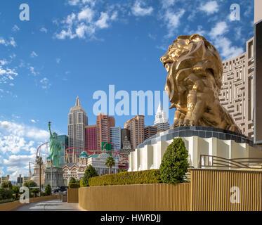 Las Vegas Strip, MGM Grand Lion und New York New York Hotel and Casino - Las Vegas, Nevada, USA - Stockfoto
