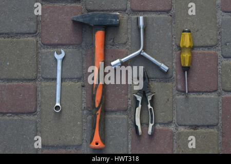 hammer und schraubenschl ssel symbol stockfoto bild 97006615 alamy. Black Bedroom Furniture Sets. Home Design Ideas